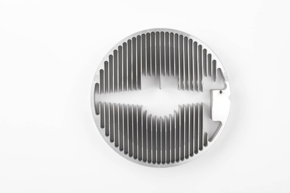 Découpage par jet d'eau d'une grille de ventilation en aluminium