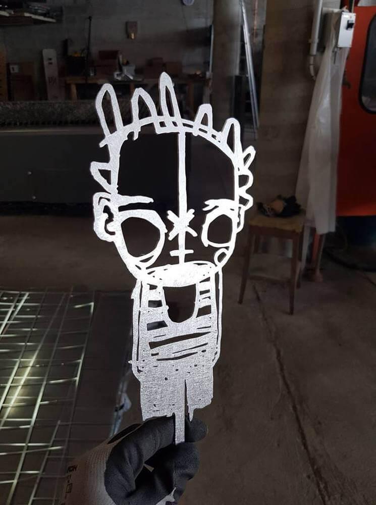 Découpe laser d'un logo en acier