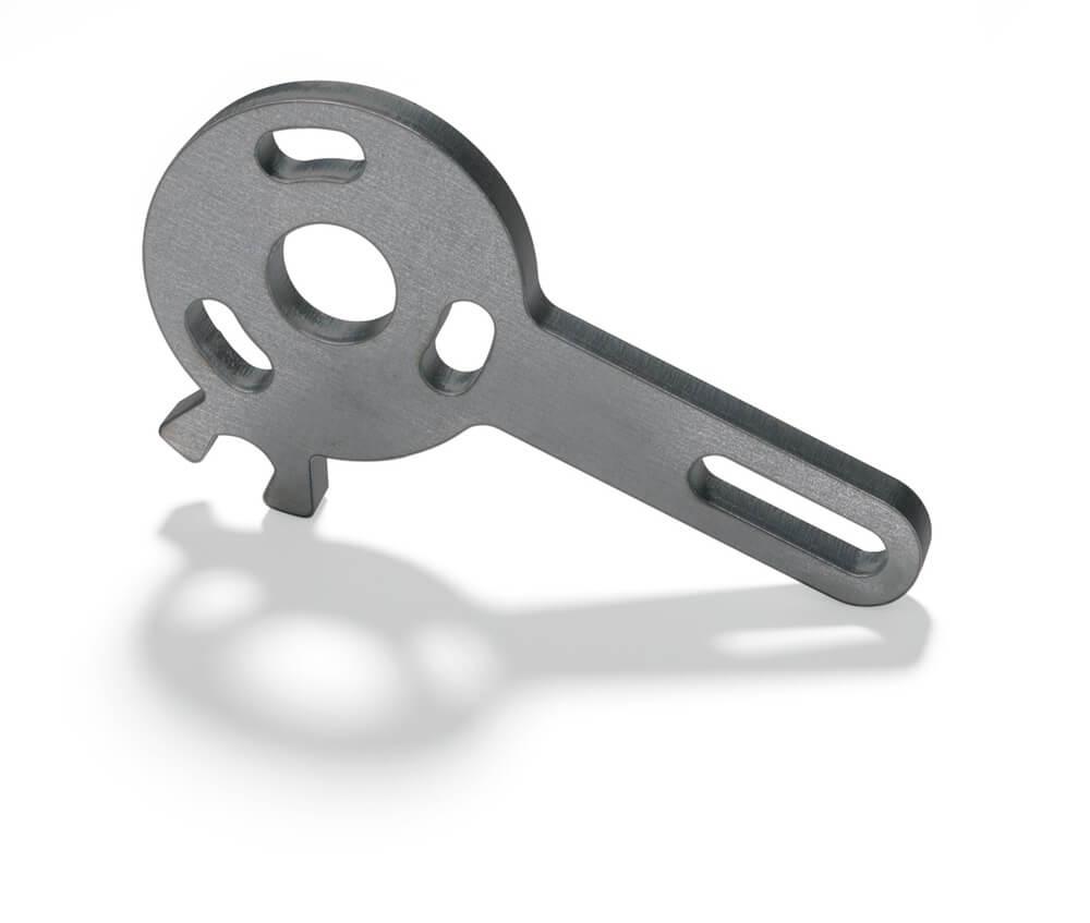 Découpe laser d'une plaque en acier avec des trous