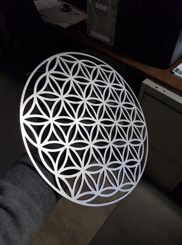 Découpe laser d'une plaque décorative en inox