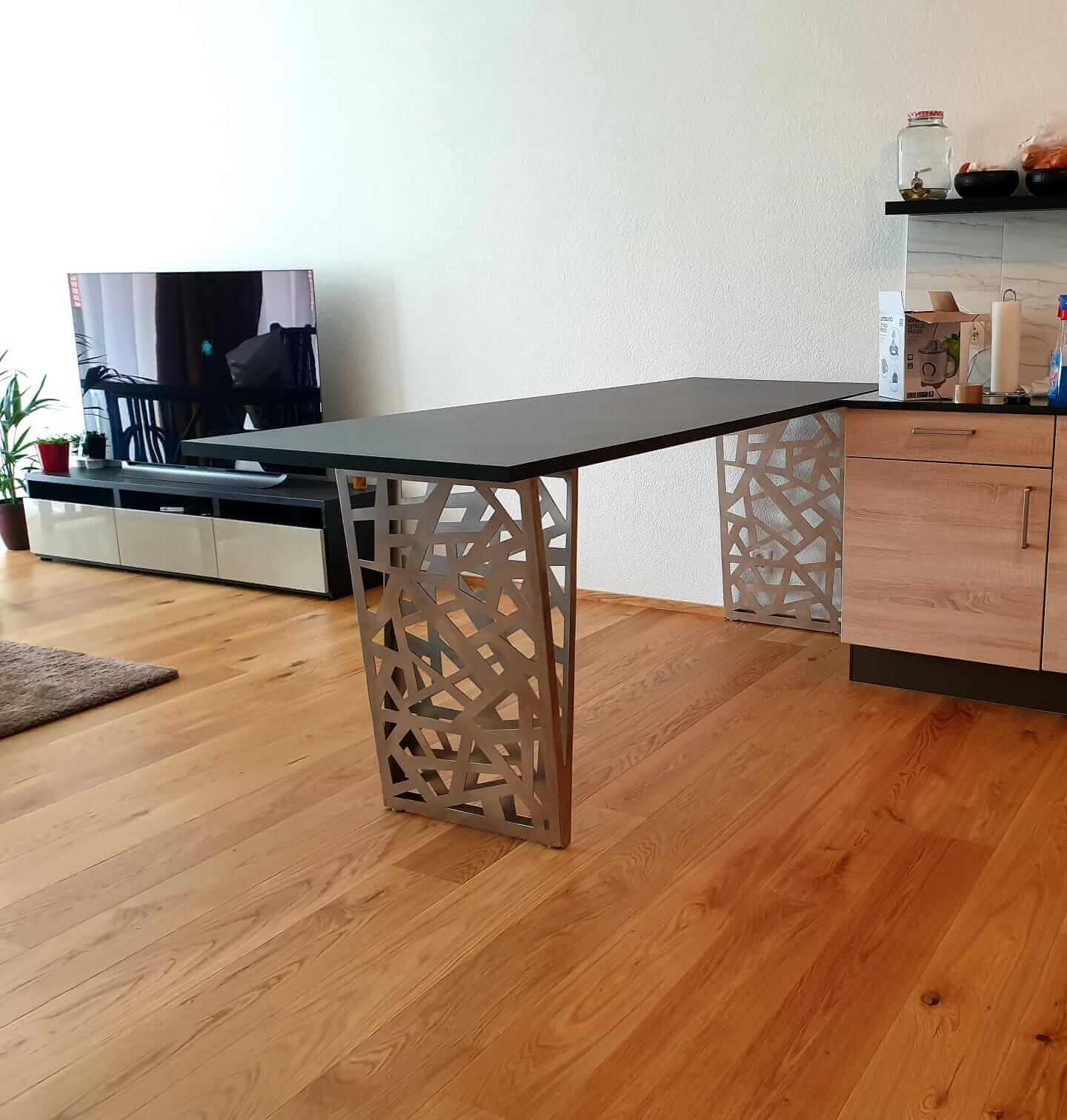 Pied de table avec motifs découpe laser
