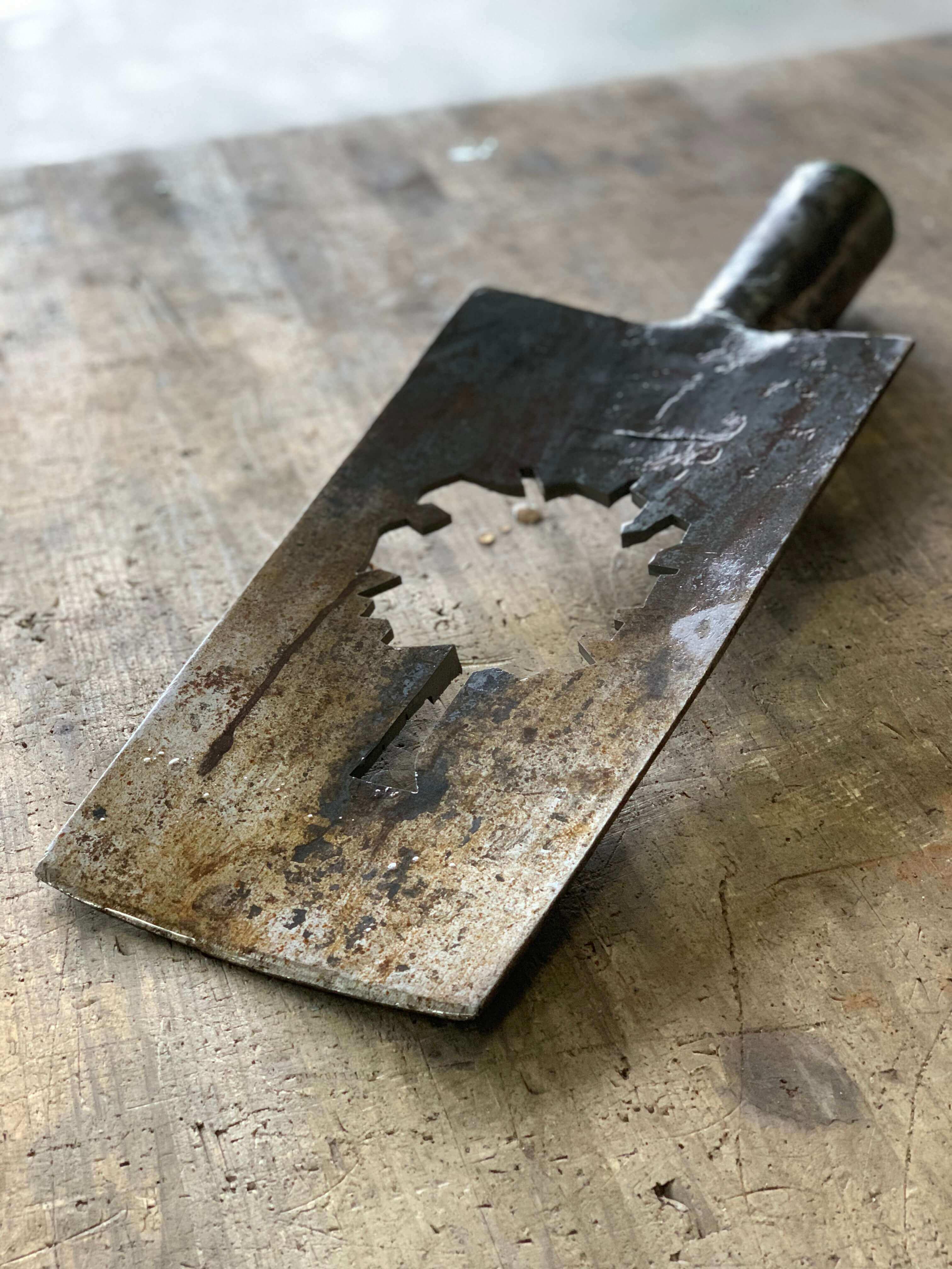 Decoupe au jet d'eau d'un logo dans une pelle en acier